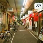 平野屋精肉店 - レトロ感漂う「堺東商店街市場」にお店はある