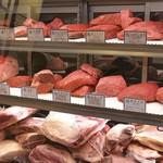 熟成和牛ステーキグリルド エイジング・ビーフ - 熟成肉セラーには、大判一枚肉用のお肉と、その日の塊肉が並びます。