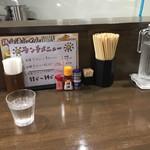 麺ヒーロー - カウンター席