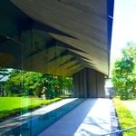 NEZUCAFE - 本館1F ホール外側(ガラスの外壁に映る庭園)