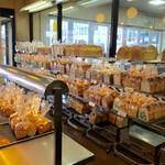 ボストンベイク - パンの種類も豊富です。