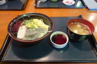 海のおもてなし - 醤油と味噌汁を添えた生シラス丼が目の前に運ばれてきました。