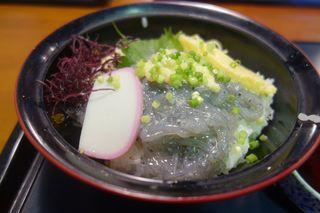海のおもてなし - メインのしらす丼は、生シラス、薬味、タマゴ、かまぼこ、海藻類と見た目にも豪華などんぶり飯で