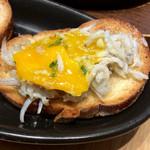 ソッシュ・ザ・マーケットバール - パンの上にスプーンでしらすを乗せ、さらに半熟になった卵を乗せて食べる。至高の味わい。
