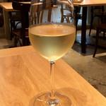 ソッシュ・ザ・マーケットバール - 白ワイン「ハーディーズシャルドネセミヨン」(500円)。