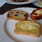 56957374 - 3種類のパン1枚ずつ