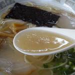 まつばラーメン - サッパリした飲み口のスープです