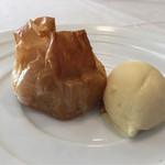 Le Ciel - リンゴのコンポートとクレームダマンドをフィローで包んで、ものすごいバターの甘い香り