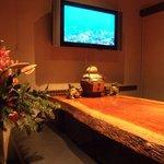 サザンウインドウ - 一枚板のテーブルを使った個室です モニターはご自由にご利用下さい