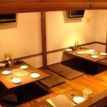 サザンウインドウ - 掘りごたつの座敷は可動式のテーブルが4つありますので大人数もOK!間仕切りで半個室にも!
