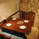 サザンウインドウ - 石畳に囲まれたテーブル席