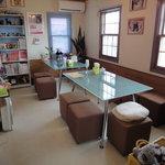 チーカフェ - チワワの小物等が置いてあり、可愛い店内