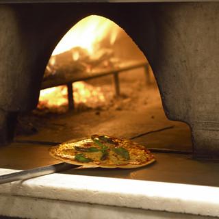 本格薪釜で焼き上げる、こだわりのローマピッツァ!