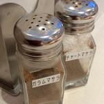 ベジフルカレー 福島駅前店 - テーブル上のスパイス。