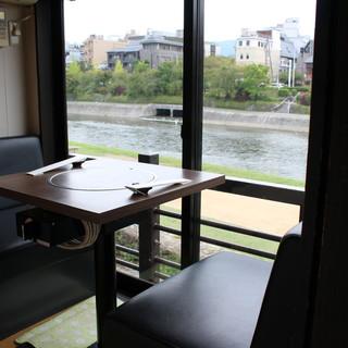 川側沿いの個室でゆったりとした空間を