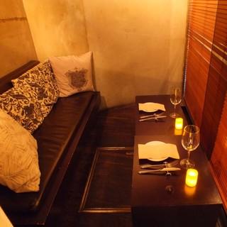 ソファーシートの完全個室や、臨場感たっぷりなオープンキッチン