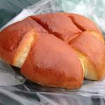 56996620 - 手炊きのとろっとカスタードクリームパン。