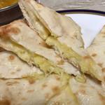 マナカマナ - チーズナンの断面