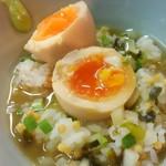 中華そば先崎 - 味玉を割ってスープを入れれば完成
