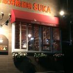 SUKA - 窓の赤い屋根が目印