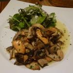 57024360 - ヨーロッパ産のいろいろ茸のトリフォラーティ、パセリとニンニクのソテー