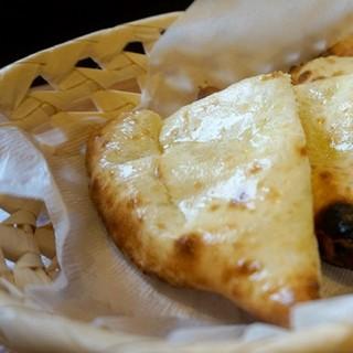 石窯(タンドール)で焼いたチーズナン