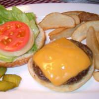 レッドウッド - 国産牛100%のパティ!!ケチャップ、マスタードなしでも肉の美味しさを味わうことができます。