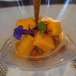 ビストロ ダイア - 北海道浦臼産神内マンゴーとフォアグラのパフェ 神内ファーム産パッションフルーツのキャラメリゼ