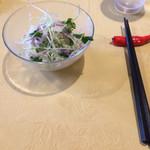 ヴァンショー - 別皿で提供されたサラダ、箸置きが赤唐辛子です。