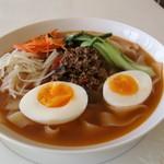 香膳 - 「天山松茸のラグマン」 新疆でスープの麺には必ず松茸を入れます その松茸は故郷の山「天山」で採れます。 雨が降ると家族総出で松茸狩りに出かけます。 その日は松茸尽くしですが、残ったものは天日干しで保存食にします。 そんな思い出深い日本にはない味を紹介したくて商品化中です