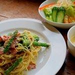 Livingston Cafe - ベーコンと緑野菜のクリームパスタ