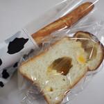 アッチャルポーネ - 料理写真:チーズ食パン、ミルクスティックの包装が可愛い