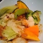 中国料理 桃翠 - 蒸し野菜の四川ゴマソース添え。