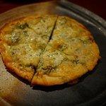 ビストロMER - しらすと九条葱のピザ、ドウは薄いが硬くしっかりしている