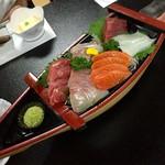 竹内 - 左から、中トロ、ハマチ、真鯛、サーモン、鮪赤身、イカ