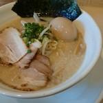 麺縁 ジョウモン - 料理写真:背脂とんこつスープ塩 味玉豚しお