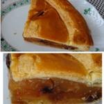 57091152 - ◆アップルパイ(1/4:237円)・・パイ生地のバターが少ないですね。サクサクした食感には欠けますが、                       リンゴの甘露煮は甘すぎずいいお味です。