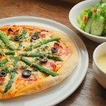 Livingston Cafe - アスパラガスとベーコンのピザ