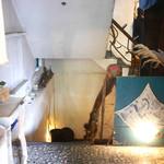 ボンベイバザー - 階段下りて地下