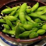 やきとりの扇屋 - お通しセット280円の枝豆が熱々でこんもり、しかもおかわり自由