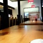 蛇の目鮨 - 店内のテーブル席の様子