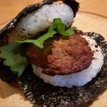 蛇の目鮨 - 「まぐろの味噌飯バーガー (300円)」のパティは、八丁味噌で味付けされたマグロのたたき