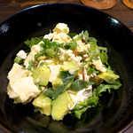 唐辛子バル チレデルナ メキシコ - 豆腐とアボカドのサラダ(¥756)。コクのあるナンプラーの塩気で、酒が進む♪