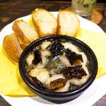 唐辛子バル チレデルナ メキシコ - エビとチレ・パシージャ(¥648)、バゲット(¥216)。昆布みたいなのは乾燥唐辛子