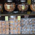 谷中せんべい 信泉堂 - 煎餅がズラー!