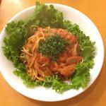 ベジフルキッチン Pepino - ナポリタン  (*´Д`)ハァハァ トマトのソースをワザと煮詰めずサラリと食わせる。玉ねぎも余りいじめすぎておらずそれでも旨みがある。たくさんのパセリも新鮮で香りがいい。