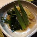 すし処なかみぞ - 野菜(黄ニラ、オクラ)と生ワカメのお浸し