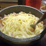 石焼パスタ kiteretsu食堂 - サクッとソースが焦げないように、麺とソースをかき混ぜていきます。
