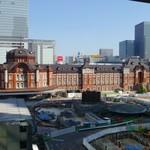 鉄板焼 天 本丸 - 窓の外は東京駅