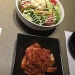 焼肉 霜月 - サラダとキムチ